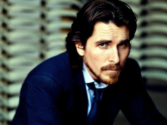 Christian Bale se puso loco cuando el director de fotografía de Terminator Salvation interrumpió por error una escena. Le gritó por cinco minutos. Puedes escuchar el video en YouTube. Es… realmente sorprendente. El actor se disculpó y la industria lo perdonó, pero no es el único incidente de este tipo que ha tenido.