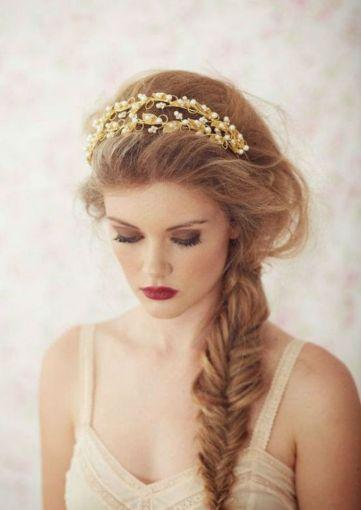 Si lo tuyo es un look romántico, este peinado será tu complemento ideal.