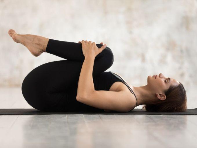 Posturas de yoga para aliviar dolor de espalda - ActitudFem