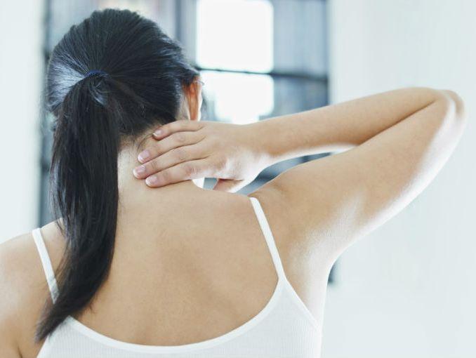 Duele la parte izquierda del esternón cerca del corazón la mano izquierda a la izquierda el cuello