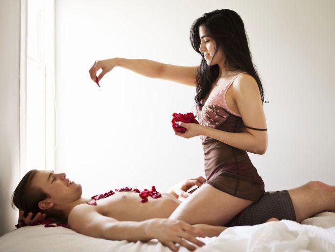 Resultado de imagen para mujer encima de un hombre