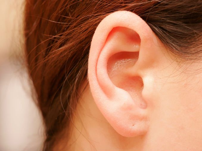 Por qué huele mal detrás de las orejas | ActitudFem