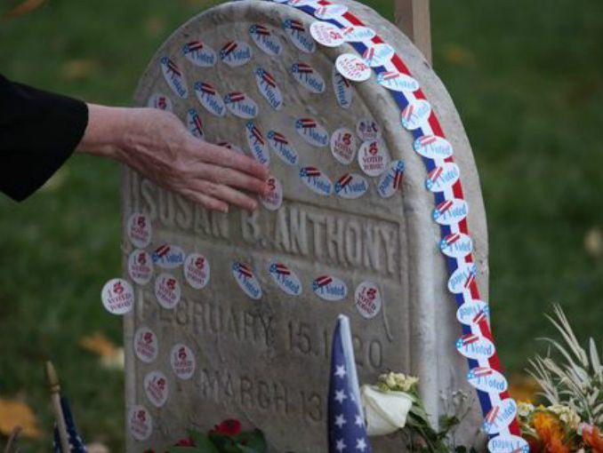 Rinden honor a activista por derechos de las mujeres — EEUU