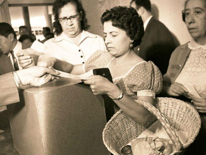 Emitió la mujer su primer voto hace 64 años