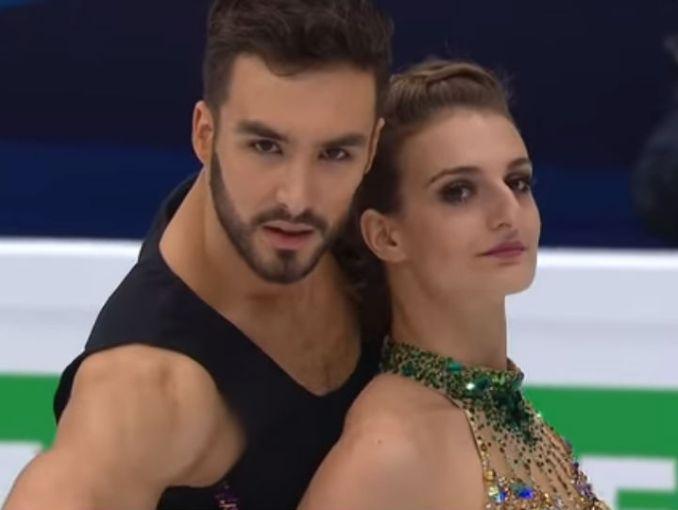 Patinadora francesa sufrió percance con su vestido en Juegos Olímpicos