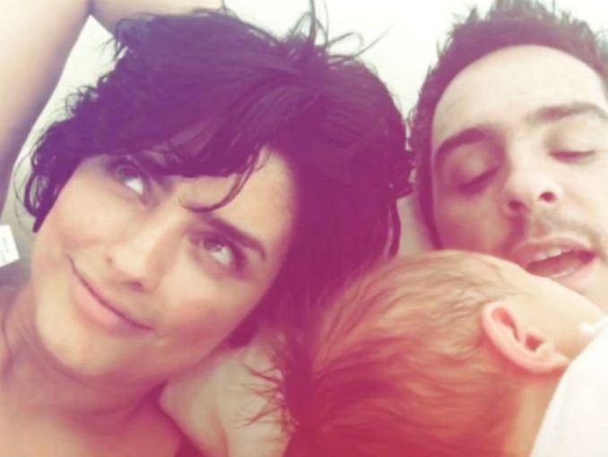 Aislinn Derbez amamanta a su bebé y comparte foto