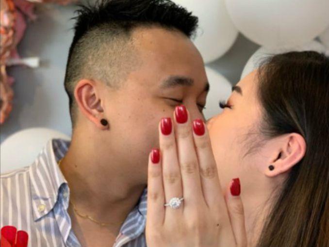 0b4e0cf36300 El truco que usó esta mujer para presumir su anillo de compromiso que  también querrás aplicar